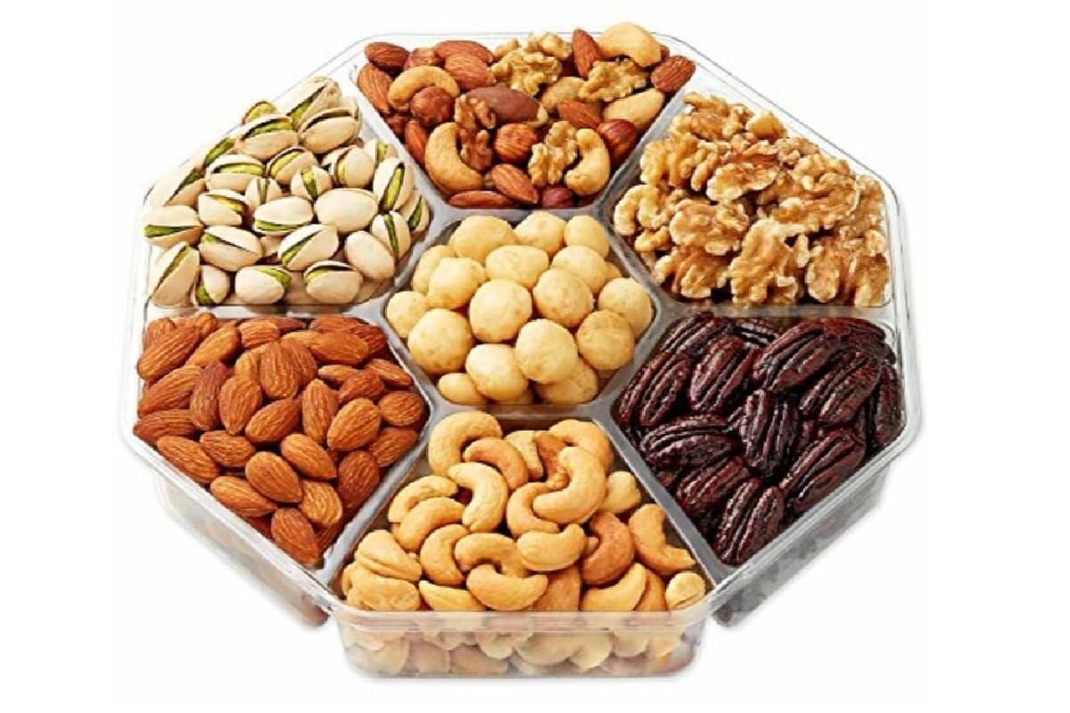 Nuts: మీ కళ్లు మరీ ముదురు రంగులో కాకుండా... తెల్లగా ఉండాలనుకుంటే... మీరు డ్రై ఫ్రూట్స్ తినాలి. అంటే బాదం, పిస్తా, జీడిపప్పు వంటివి. వీటిని ఫ్రై చెయ్యకుండా మామూలుగా తినాలి. వీటిలో పోషకాలు కళ్లకు కాంతిని ఇస్తాయి.