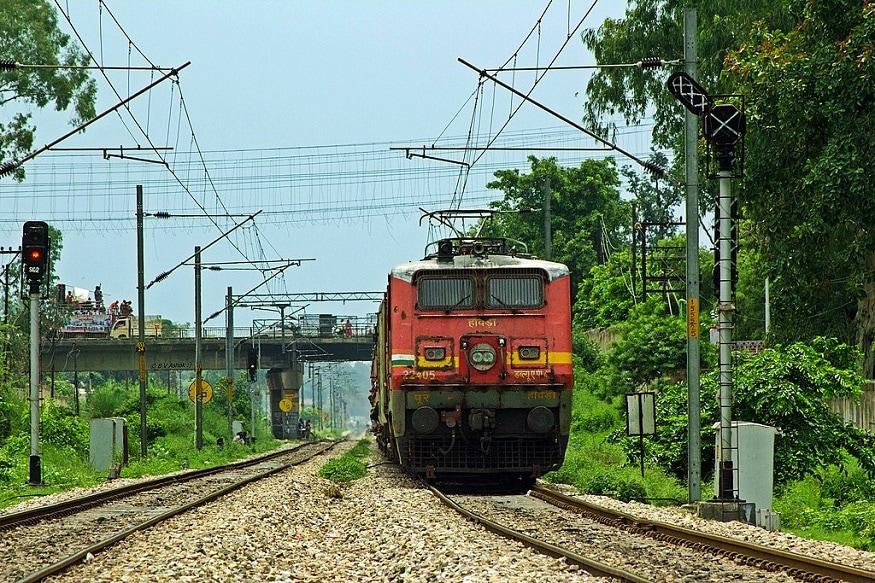 3. రైలు నెంబర్ 07001 షిర్డీ-సికింద్రాబాద్ మధ్య నడుస్తుంది. ఈ రైలు డిసెంబర్ 5 నుంచి ప్రతీ శనివారం, సోమవారం అందుబాటులో ఉంటుంది. సాయంత్రం 5.20 గంటలకు సాయినగర్ షిర్డీ రైల్వే స్టేషన్లో బయల్దేరి మరుసటి రోజు ఉదయం 8.55 గంటలకు సికింద్రాబాద్ చేరుకుంటుంది. ఈ రైలు జహీరాబాద్, వికారాబాద్ జంక్షన్, శంకర్పల్లి, లింగంపల్లి, బేగంపేట్, సికింద్రాబాద్ జంక్షన్లో ఆగుతుంది. (ప్రతీకాత్మక చిత్రం)