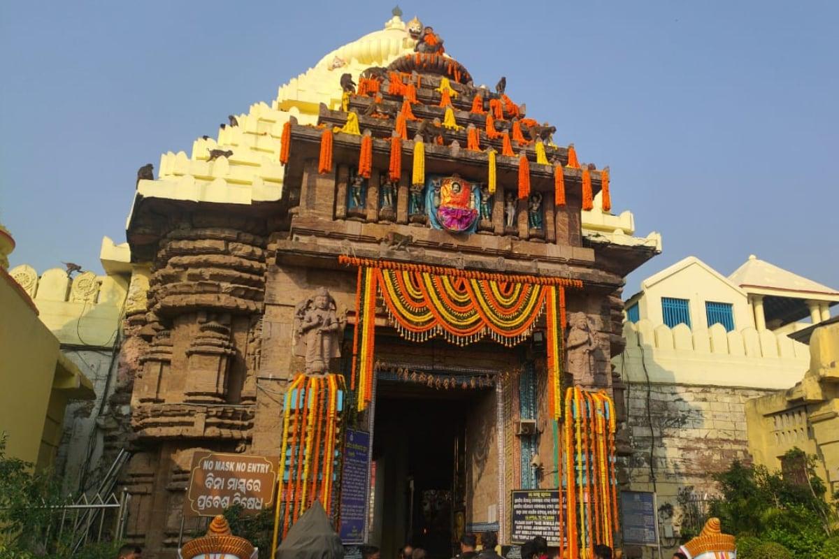 Puri Jagannath Temple: దేశంలోని మిగతా ఆలయాలపై ప్రభావం చూపించినట్లే... కరోనా వైరస్.... ప్రపంచ ప్రఖ్యాత పూరీ జగన్నాథ ఆలయంపైనా చూపించింది. ఒడిశాలో కరోనా కేసులు పెరిగిపోవడంతో... 9 నెలల కిందట ఈ ఆలయంలోకి భక్తుల అనుమతి రద్దు చేశారు. మళ్లీ ఇప్పుడు ఆహ్వానిస్తున్నారు.