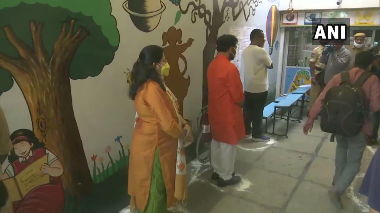 ఓటు వేసేందుకు క్యూలో నిలబడ్డ కేంద్రమంత్రి కిషన్ రెడ్డి (Image ANI)