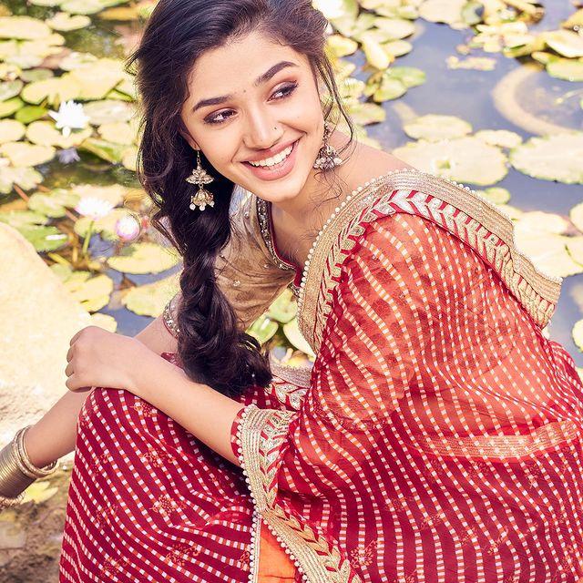లంగా ఓణిలో అందాలతో కేక పెట్టిస్తోన్న ఉప్పెన బ్యూటీ కృతి శెట్టి. Photo: Krithi Shetty Instagram