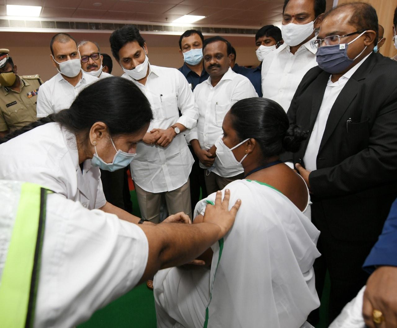 వ్యాక్సినేషన్ ప్రక్రియను ప్రారంభిస్తున్న సీఎం జగన్