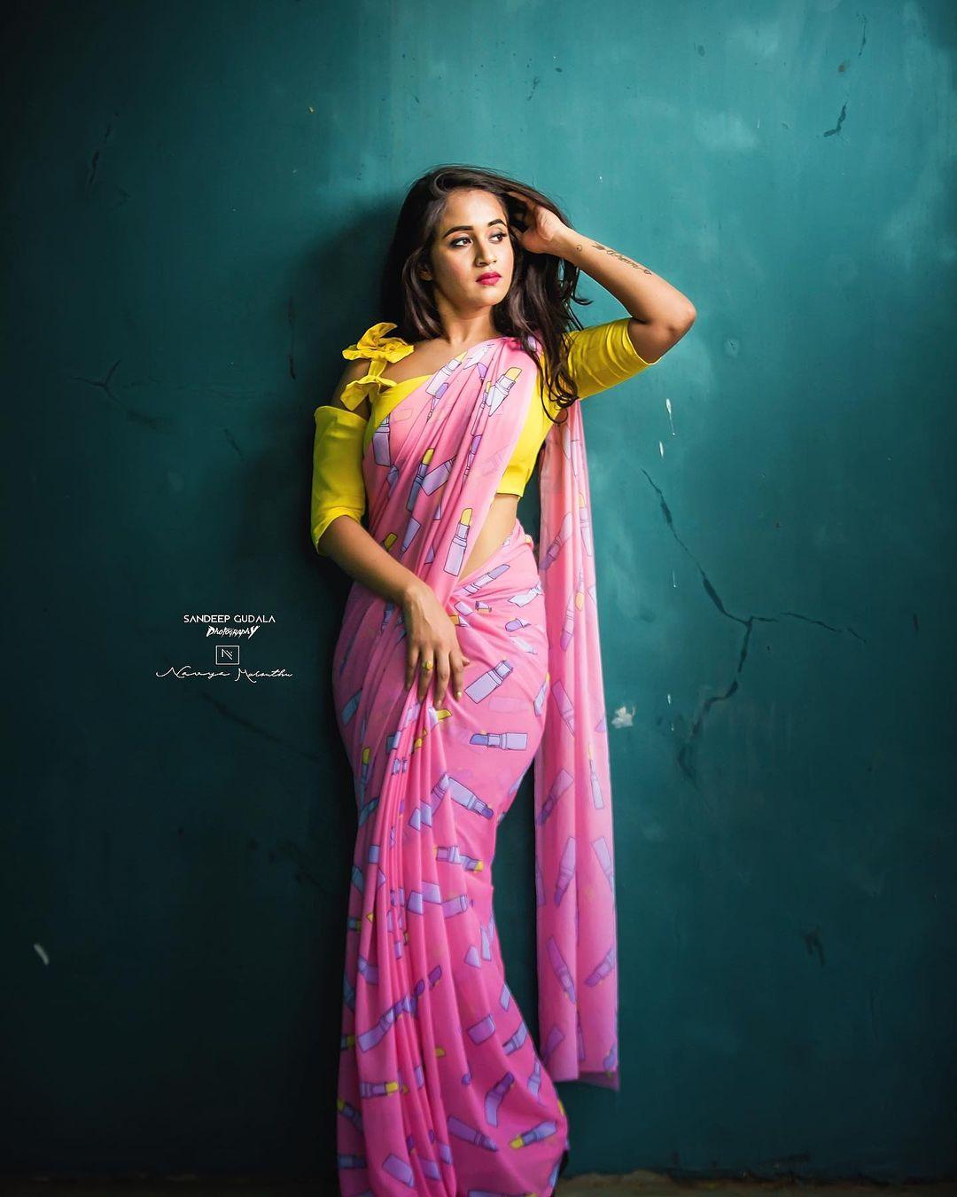 నడుమందాలు చూపిస్తూ కుర్రాళ్లకు నిద్ర లేకుండా చేస్తున్న దీప్తి సునయన. Photo: Deepthi Sunaina Instagram