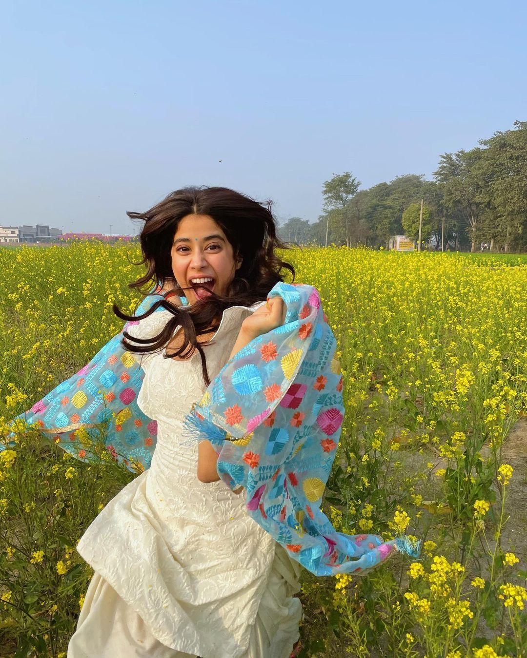 Janhvi Kapoor : పూల తోట మధ్యలో దేవకన్యలా జాన్వీ కపూర్. Photo: Janhvi Kapoor Instagram