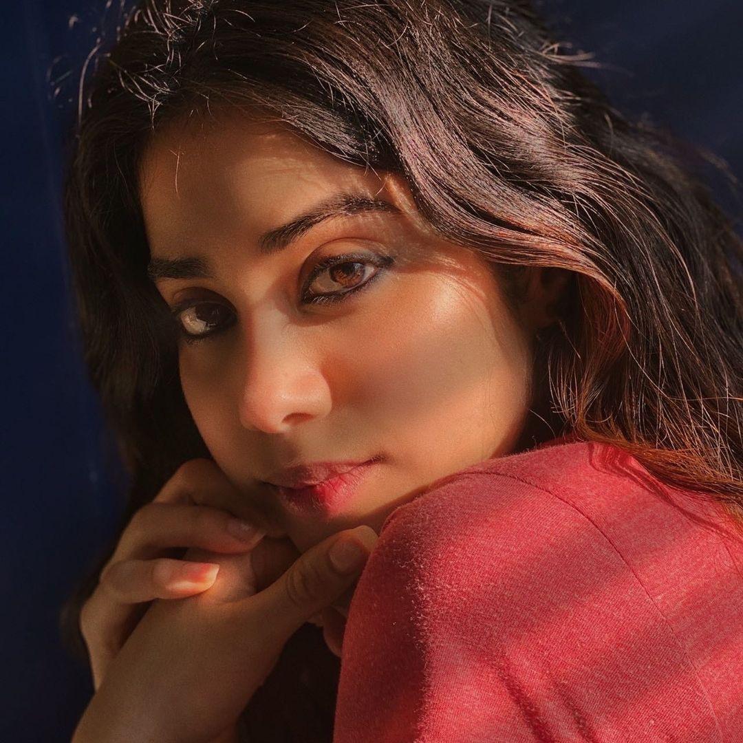 కాగా జాన్వీ నటించిన రూహీ చిత్రం మార్చి 11న విడుదలకు సిద్ధంగా ఉంది. ప్రస్తుతం ఆమె గుడ్ లక్ జెర్రీ, దోస్తానా 2లో నటిస్తున్నారు. Photo: Janhvi Kapoor Instagram<br />