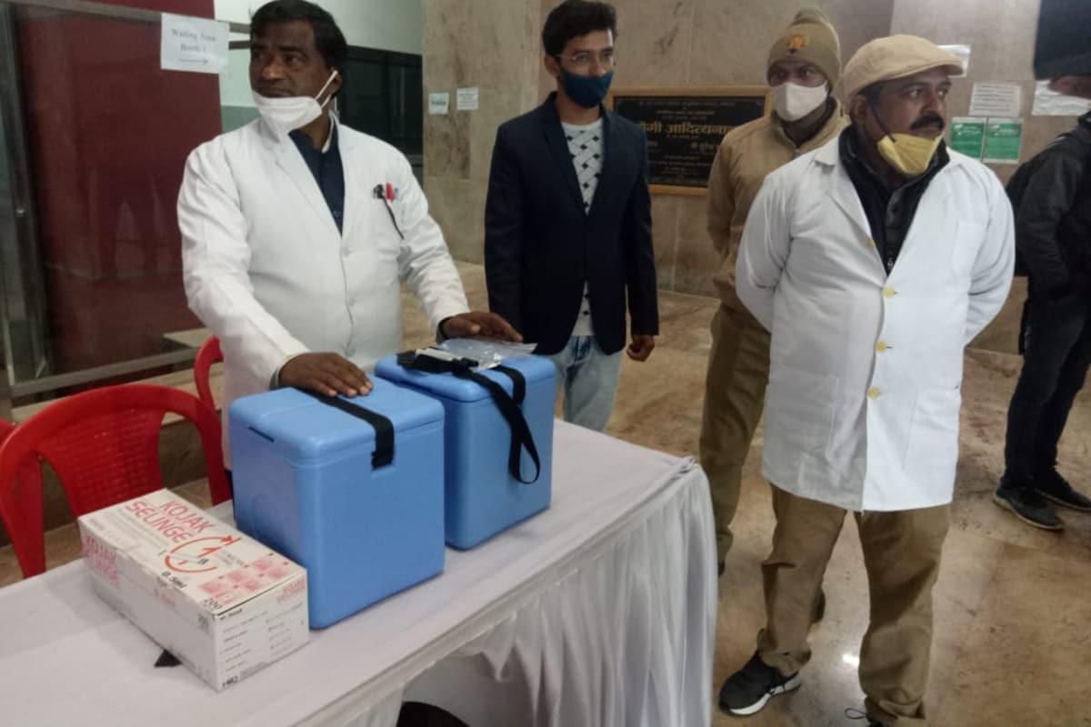 మరికాసేపట్లో ఇండియాలో కరోనా వ్యాక్సినేషన్ కార్యక్రమం మొదలవ్వబోతోంది. దేశవ్యాప్తంగా 3,006 ప్రదేశాల్లో ఒకేసారి వ్యాక్సిన్ ఇవ్వబోతున్నారు.