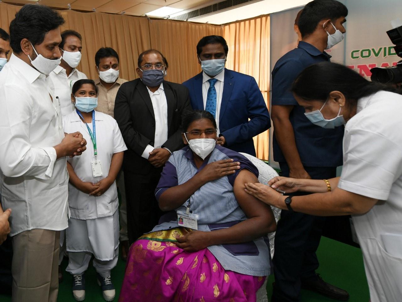 వ్యాక్సినేషన్ ప్రక్రియను పరిశీలిస్తున్న సీఎం జగన్