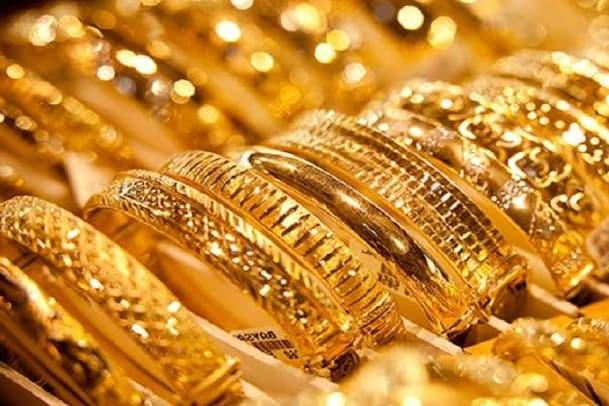 Gold Rate: భారీగా పడిపోతున్న బంగారం ధర...ఇక మహిళలకు పండగే...