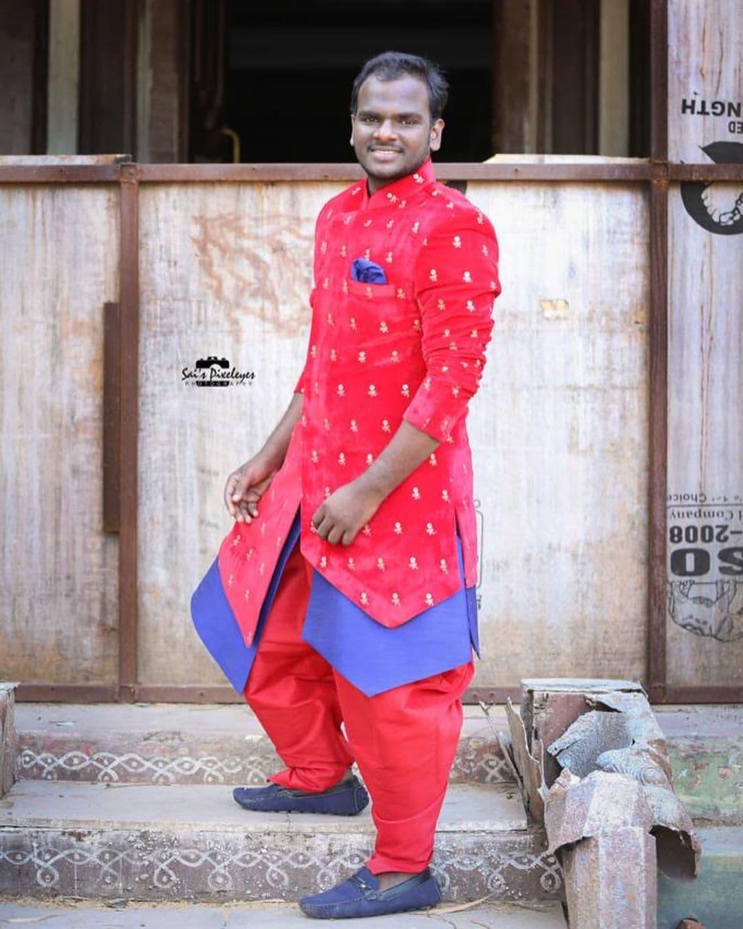 జబర్దస్త్ ఇమ్మాన్యుయెల్. ప్రస్తుతం ఈ పేరు ఫుల్ పాపులర్. సోషల్ మీడియా ట్రెండింగ్. అతడు చేసే స్కిట్స్ రేటింగ్స్ రాకెట్లా దూసుకెళ్తున్నాయి. యూట్యూబ్లో కూడా వ్యూస్ లక్షల్లో ఉంటున్నాయి. (Image: Instagram)