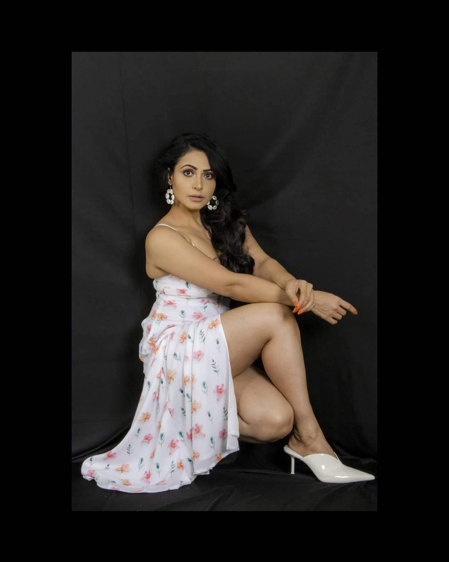బిగ్ బాస్ బ్యూటీ నందిని రాయ్ హాట్ పిక్స్ Photo : Instagram