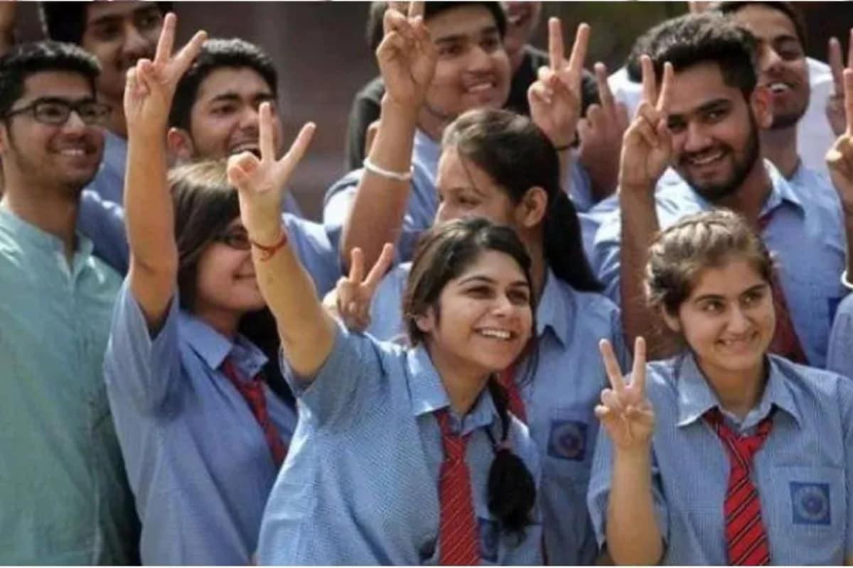 300 మంది కంటే ఎక్కువ మంది విద్యార్థులు ఉంటే రెండు షిఫ్టుల్లో క్లాసులు జరుగుతాయి. ఉదయం 8.30 నుంచి 12.30 వరకు ఒక షిఫ్ట్, మధ్యాహ్నం 1.30 నుంచి 5.30 వరకు రెండో షిఫ్ట్ క్లాసులు జరగనున్నాయి. (ప్రతీకాత్మక చిత్రం)