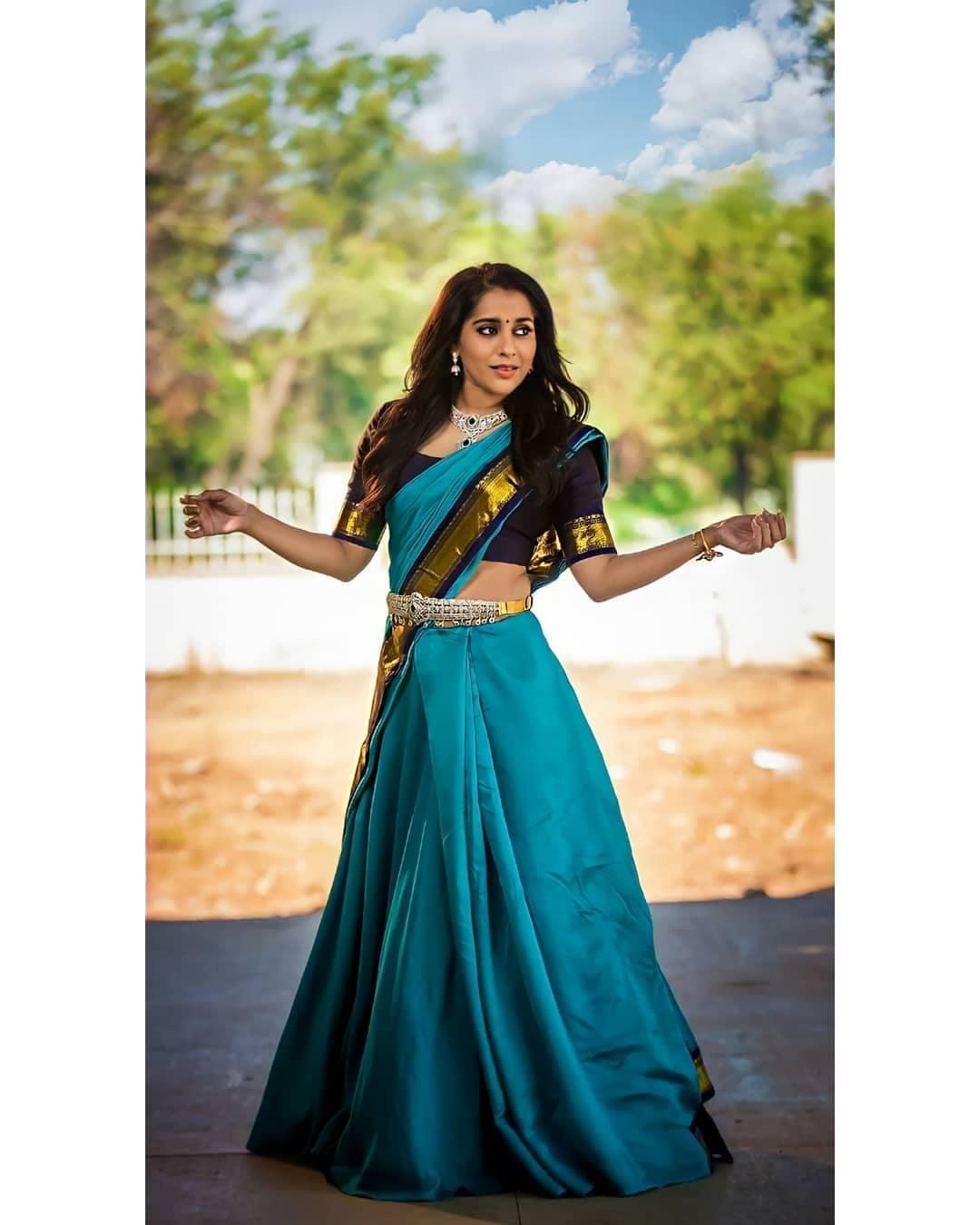 చీరకట్టులో రష్మీ గౌతమ్ (Image: Instagram)