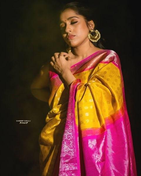 Rashmi Gautam: నిద్రమత్తులో రష్మీ గౌతమ్... పసుపు పచ్చ చీరలో గమ్మత్తు ఫోటోషూట్..Photo : Instagram