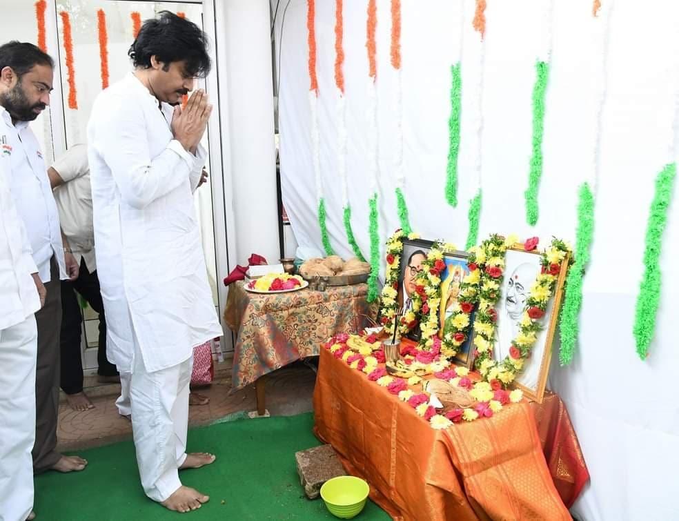 జనసేన పార్టీ కార్యాలయంలో జెండా ఆవిష్కరణ కార్యక్రమంలో జనసేనాని పవన్ కళ్యాణ్ (Twitter/Photo)