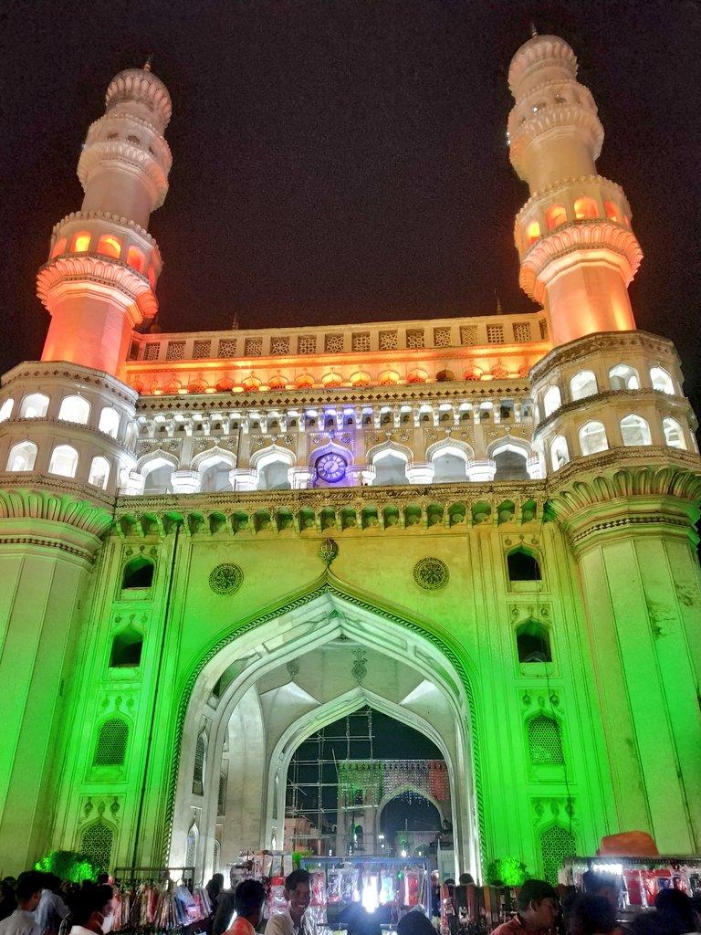 తమకు అత్యంత ఇష్టమైన చారిత్రక కట్టడం ముందు నిల్చొని చాలా మంది పర్యాటకులు సెల్ఫీలు తీసుకున్నారు. (Image courtesy - twitter)