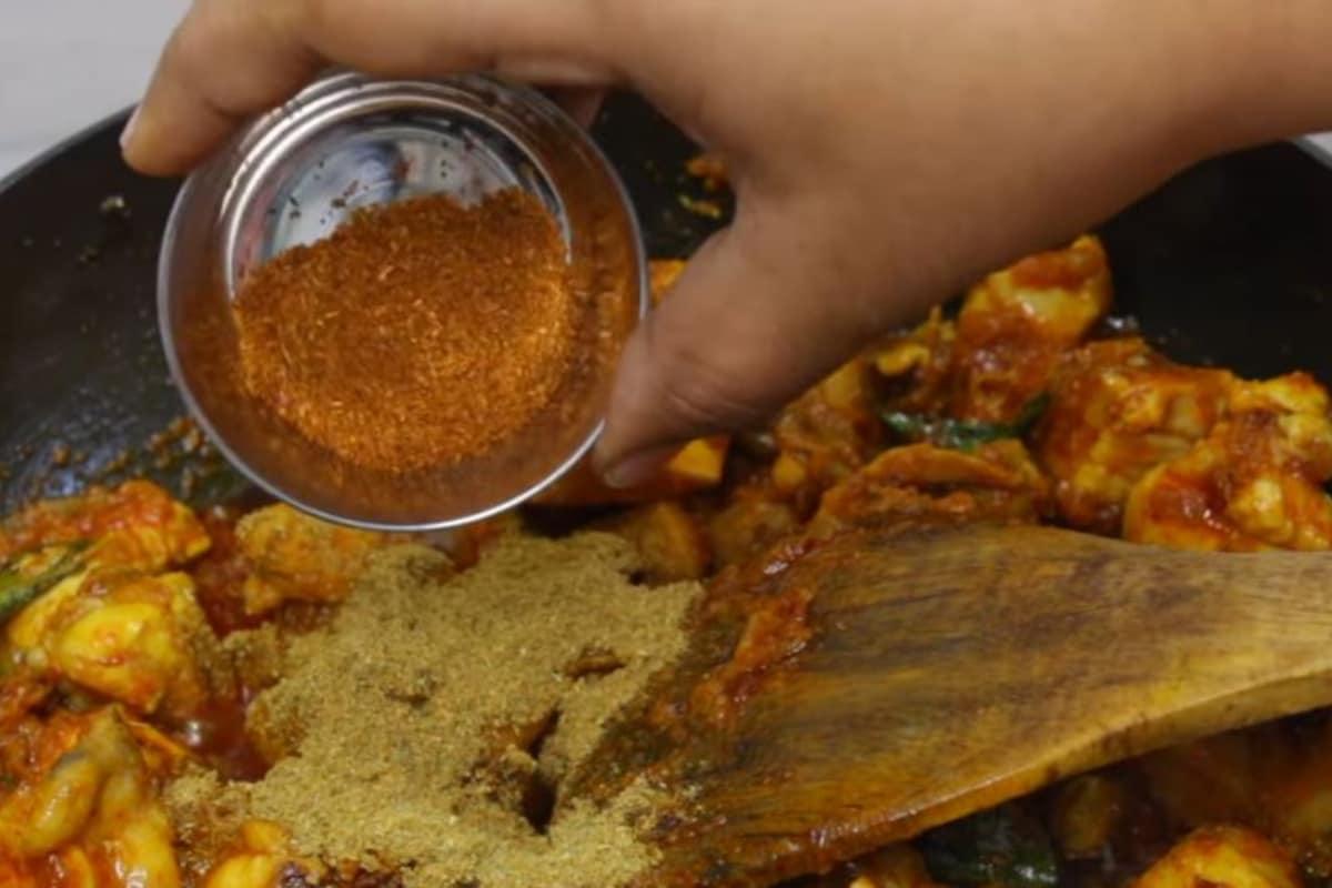 ఇప్పుడు గరం మసాలా పౌడర్ 1 టీస్పూన్ వెయ్యండి. అన్నీ బాగా కలపండి. (image credit - youtube)