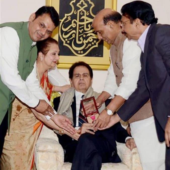 2015లో అనారోగ్య కారణాల రీత్యా స్వయంగా అప్పటి కేంద్ర హోం మంత్రి రాజ్నాథ్ సింగ్ ఈ పురస్కారం దిలీప్ కుమార్కు అందజేసారు. ఈ చిత్రంలో అప్పటి మహా రాష్ట్ర సీఎం దేవేంద్ర ఫడ్నవీస్, గవర్నర్ విద్యాసాగర్ రావు ఉన్నారు. (Twitter/Photo)