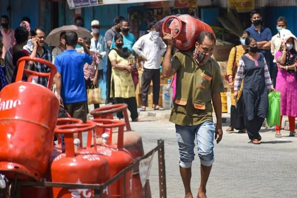 LPG Cylinder : గ్యాస్ సిలిండర్ తీసుకురాలేదని భర్తను పుట్టింటి వారితో చితక్కొట్టించిన భార్య