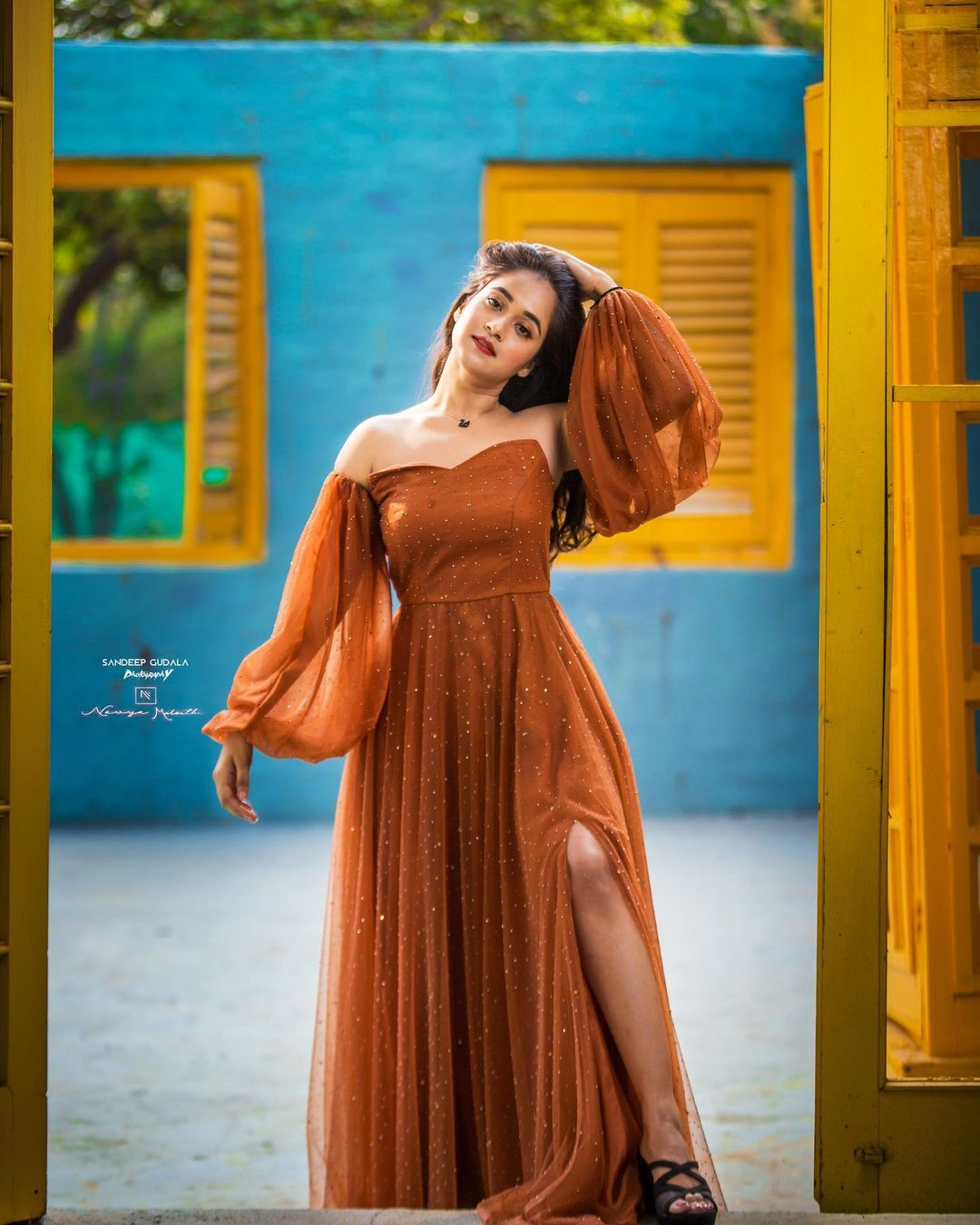 రెడ్ డ్రెస్లో కేక పెట్టిస్తోన్న దీప్తి సునయన. Photo: Deepthi Sunaina Instagram