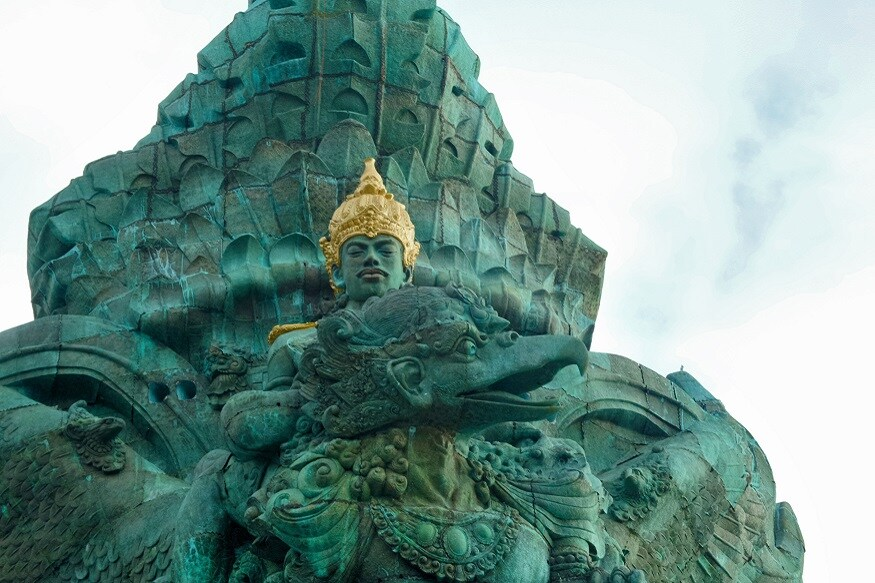 ఇదే విధంగా... ఇండొనేసియాలోని బాలి ఎయిర్పోర్ట్ ముందు... విష్ణుమూర్తి గరుడ పక్షిపై వెళ్తున్న భారీ విగ్రహం ఉంటుంది. ఒకప్పుడు మలేసియా, ఇండొనేసియా, మాల్దీవులు, కాంబోడియా, థాయిలాండ్లో హైందవ సంస్కృతి, ఆచారాలు ఉండేవి. తర్వాత ఆ సంస్కృతి స్థానంలో బుద్ధిజం, ముస్లిమిజం వచ్చాయి. అయితే... అక్కడక్కడా హిందు ఆలయాలు, సంస్కృతులూ ఇప్పటికీ కనిపిస్తూ ఉంటాయి. (ప్రతీకాత్మక చిత్రం)