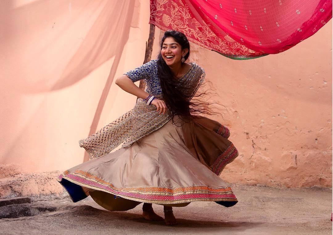 ఆ సినిమా చేస్తున్నంత సేపు తన సన్నివేశాలను చూస్తూ.. సూర్య చేసేదాన్ని పరిశీలిస్తూ ఉండేదాన్ని అని, తనకు ఎన్నో సలహాలు ఇచ్చారని ఆమె అన్నారు. Photo: Sai Pallavi Instagram