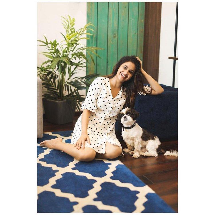 తన కుక్క పిల్ల నైకీతో కీర్తి సురేష్ Photo : Instagram