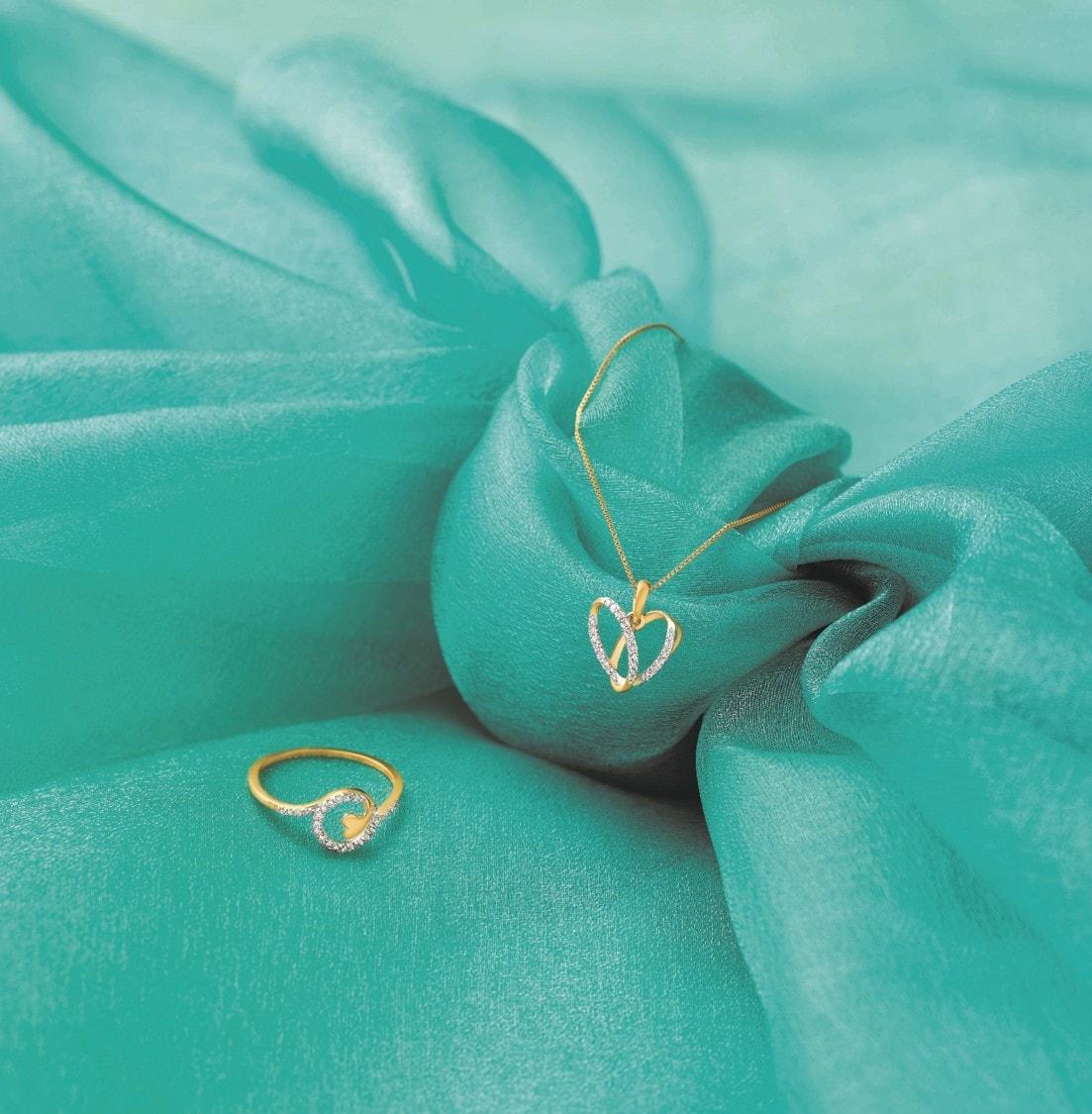 రిలయన్స్ జ్యువెల్స్ మీకు గుడ్ న్యూస్ చెప్పింది. వాలంటైన్స్ డే సందర్భంగా 'Eternity' పేరుతో ప్రత్యేక కలెక్షన్ ను వినియోగదారుల కోసం తీసుకువచ్చింది.(Reliance Jewels Valentine's Day collection)