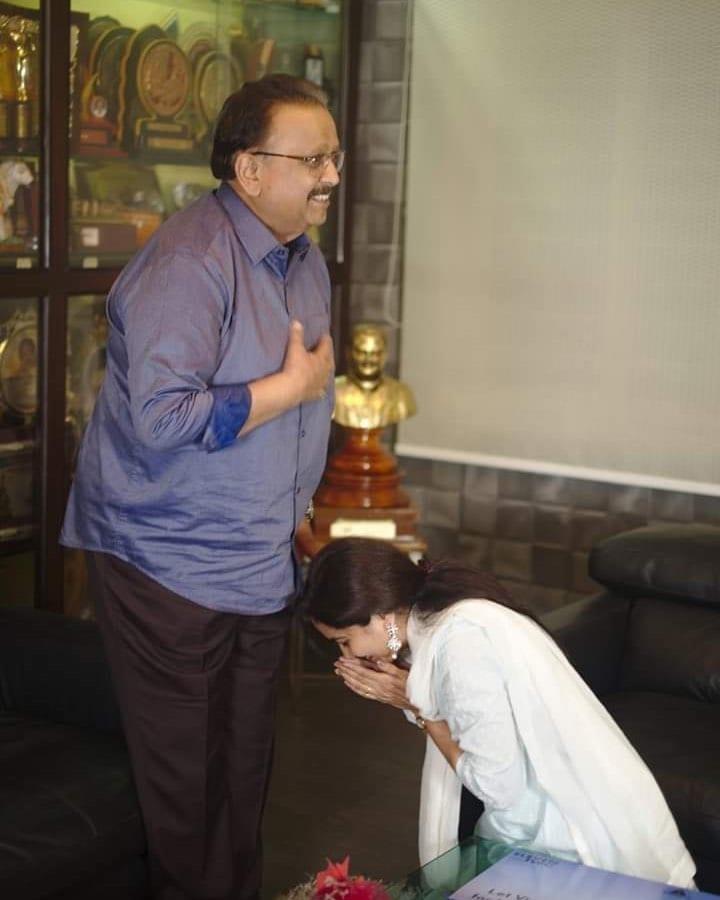 Singer Sunitha : ప్రముఖ టాలీవుడ్ సింగర్ సునీత తన పాటలతో తెలుగు రాష్ట్రాల్లో ఎంత పాపులరో ప్రత్యేకంగా చెప్పాల్సిన పని లేదు. ఎప్పుడూ సోషల్ మీడియాలో యాక్టివ్గా సునీత తాజాగా ఓ ఫోటోను షేర్ చేస్తూ కాస్తా ఏమోషనల్ అయ్యింది. ప్రముఖ దివంగత సింగర్ ఎస్పీ బాలు ఫోటోను షేర్ చేసిన సునీత.. మామయ్య మీ పాదాలను తాకాలనీ ఉంది అంటూ భావోద్వేగంగా రాసుకుంది. సింగర్ బాలు కరోనా కారణంగా మృతి చెందిన సంగతి తెలిసిందే. Photo : Instagram