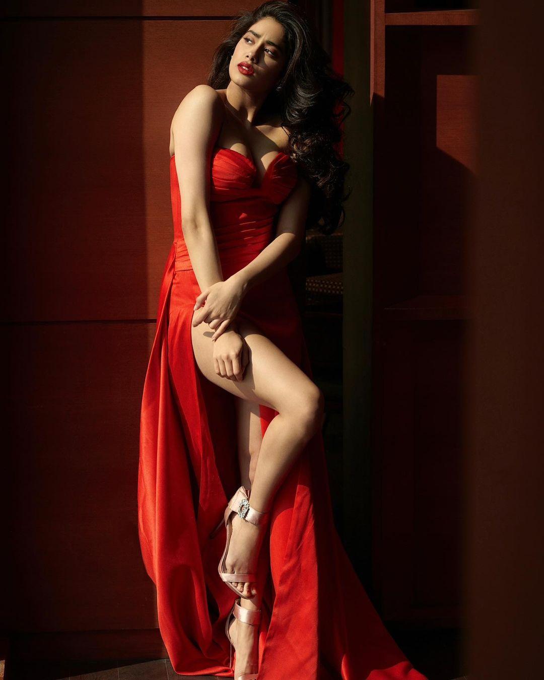 రెడ్ డ్రెస్లో జాన్వీ హాట్ అందాలు. Photo: Janhvi Kapoor<br />