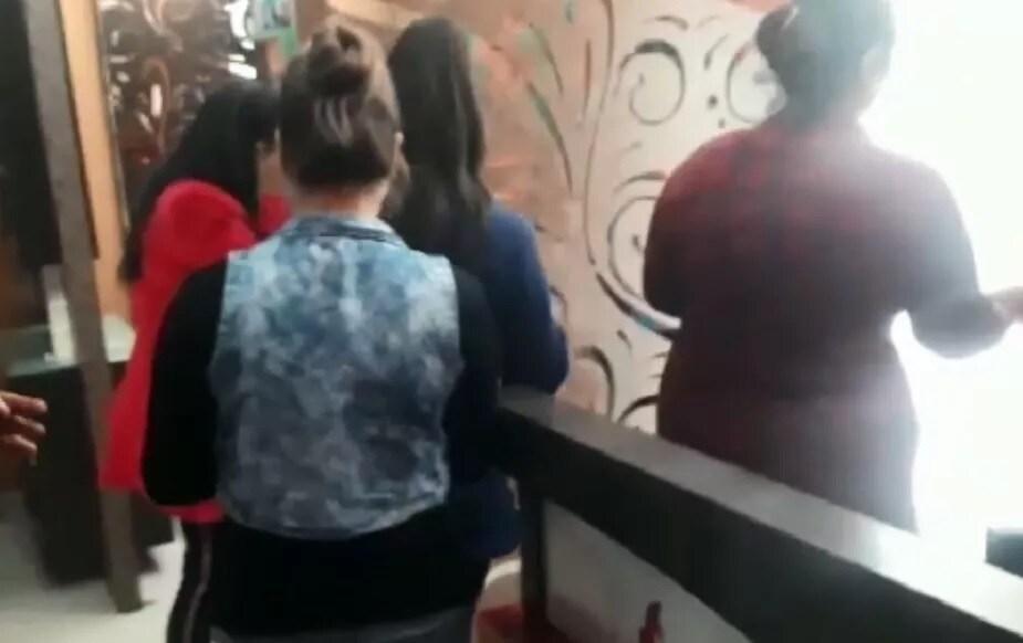 సిటీలోని మరిన్ని స్పాలపై దాడులు చేస్తామనీ... ఎక్కడ తేడా వచ్చినా... సీల్ చేస్తామని పోలీసులు తెలిపారు. ఈ కేసుపై చట్టపరంగా ముందుకు వెళ్తామని వివరించారు. (Symbolic image)