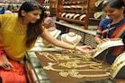 Gold price: 7 నెలల్లో భారీగా తగ్గిన బంగారం ధరలు... పసిడిపై పెట్టుబడి పెట్టవచ్చా?