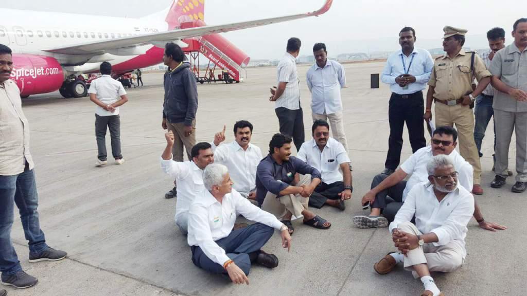 TDP Chief Nara Chandra Babu Naidu, YS Jagan, Vizag Airport, Special status Andhra Pradesh, Nara Chandra Babu naidu, YS Jaganmohan Reddy, Andhra Pradesh news, Chandra Babu Naidu, YS Jagan in Vizag Airport,  Special Status Protest, YSRCP, YS Jagan vs Chandra Babu, AP news, Telugu news, AP CM YS Jaganmohanreddy, YS Jagan news, Tirupati Airport, Visakhapatnam, Vizag, Tirupati, Chittoor District, టీడీపీ అధ్యక్షుడు నారా చంద్రబాబు నాయుడు, వైఎస్ జగన్, వైజాగ్ ఎయిర్ పోర్టు, ఏపీకి ప్రత్యేక హోదా, నారా చంద్రబాబు నాయుడు, వైఎస్ జగన్మోహన్ రెడ్డి, ఆంధ్రప్రదేశ్ న్యూస్, చంద్రబాబు నాయుడు, విశాఖ ఎయిర్ పోర్టులో వైఎస్ జగన్, ఆంధ్రప్రదేశ్,  వైఎస్ఆర్సీపీ, ప్రత్యేక హోదా నిరసనలు, వైఎస్ జగన్ vs చంద్రబాబు నాయుడు, ఏపీ న్యూస్, తెలుగు న్యూస్, ఏపీ సీఎం వైఎస్ జగన్మోహన్ రెడ్డిస, వైఎస్ జగన్ న్యూస్, తిరుపతి ఎయిర్ పోర్ట్, విశాఖపట్నం, వైజాగ్, తిరుపతి, చిత్తూరు జిల్లా