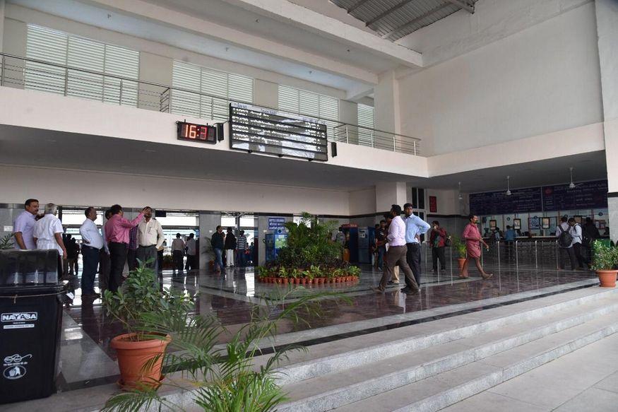 3. కలర్ఫుల్ లైటింగ్, అద్దాలను తలపించేలా ఫ్లోరింగ్, ప్రయాణికులు కూర్చోవడానికి సీటింగ్... ఇలా ప్రతీ దాన్ని మార్చేసింది భారతీయ రైల్వే. ఎయిర్పోర్టును తలపిస్తున్న గుంతకల్లు రైల్వే స్టేషన్ ఫోటోలను ఇండియన్ రైల్వేస్ అధికారిక ట్విట్టర్లో పోస్ట్ చేసింది. (image: Indian Railways)
