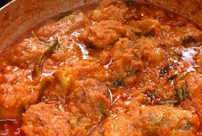 Fish Gravy recipe తయారీకి కావాల్సినవి: చేపముక్కలు 15, ఉప్పు కొద్దిగా, కారం 1 టేబుల్ స్పూన్, అల్లంవెల్లుల్లి పేస్ట్ 1 టీ స్పూన్, నూనె 2 టేబుల్ స్పూన్లు, (image credit - youtube)