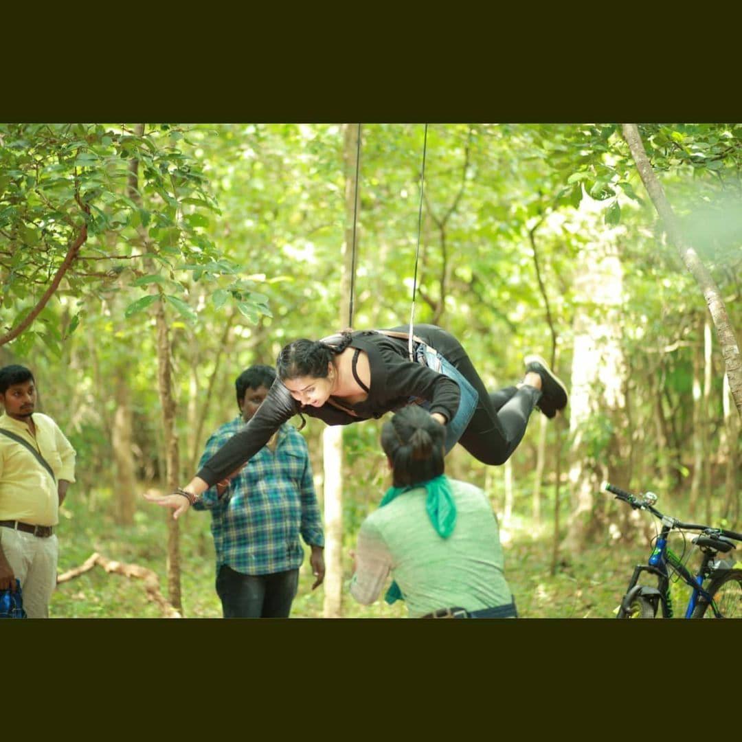 గాల్లో తేలిపోతున్న నమిత (Instagram/Photo)