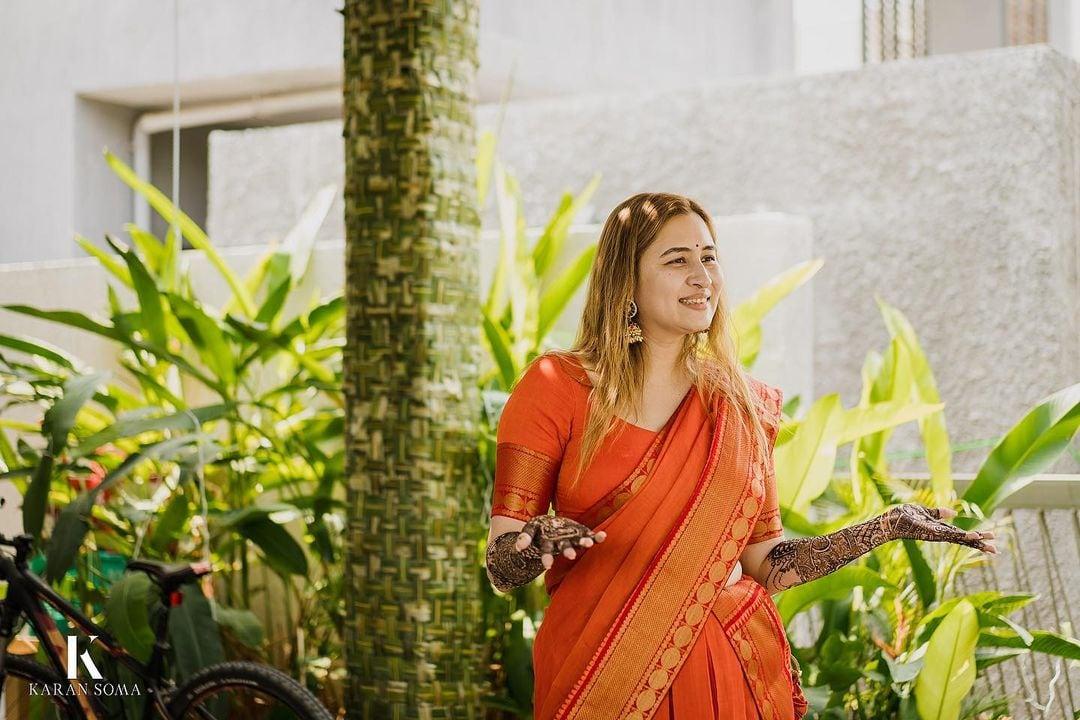 అంతకుముందు ఆమె మెహందీ ఫంక్షన్ కూడా చాలా సందడిగా సాగింది. బ్యాడ్మింటన్ బ్యూటీగా ముద్ర తెచ్చుకున్న ఆమె. కోర్టులో ఆడుతున్నప్పుడు ఎందరికో నిద్ర లేకుండా చేసింది. అదే అందం ఇంకా చెక్కు చెదరలేదు. తాజాగా మెహందీ పంక్షన్ లో జ్వాలా అందంగా తయారై ఫోటోలకు ఫోజులు ఇచ్చింది.