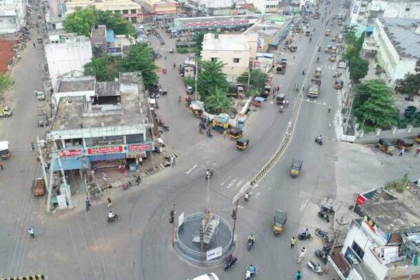 Andhra Pradesh: కర్ఫ్యూతో కట్టడి కాని కరోనా.. సంపూర్ణ లాక్ డౌన్ ప్రకటించిన అధికారులు...