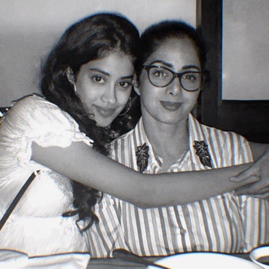 తల్లి శ్రీదేవి మాదిరిగానే, ఫ్యాషన్ లుక్లో జాన్వి కపూర్ (Image: Instagram)