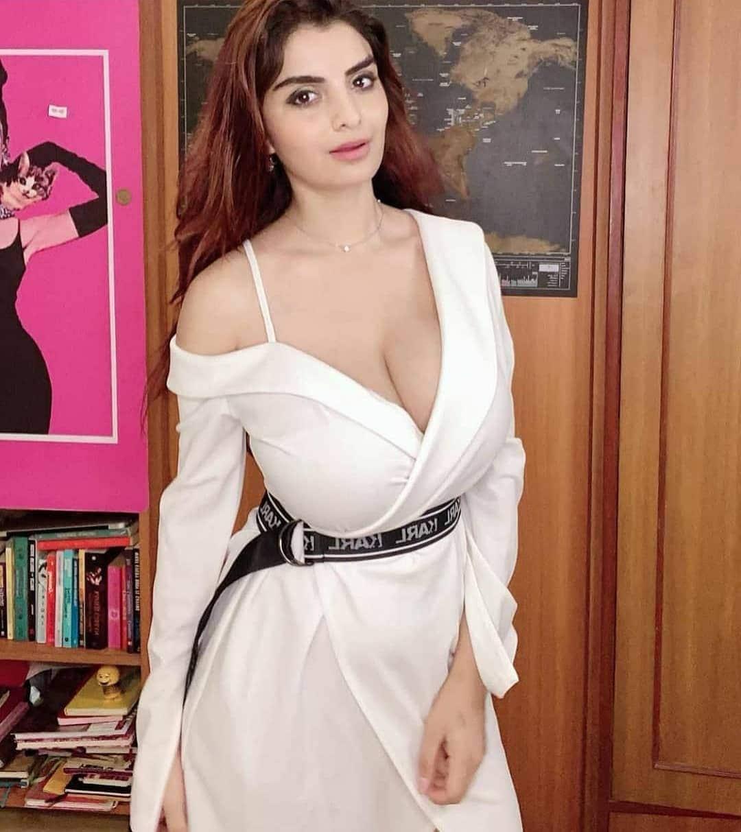 అన్వేషి జైన్ తెల్లని దుస్తులలో ఉష్ణోగ్రతను పెంచుతుంది. (Image: Instagram)