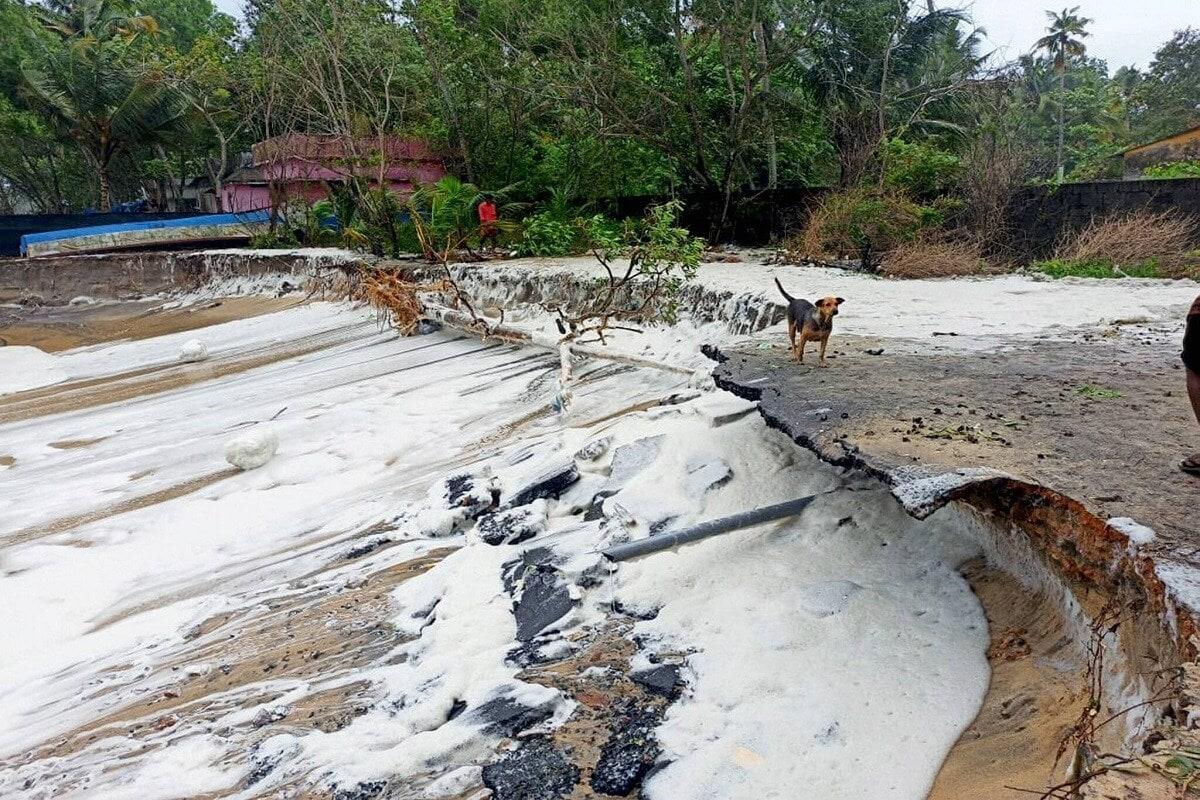 మే 15 న కేరళలోని అలప్పుజలో, అరేబియా సముద్రంలో తౌక్తా తుఫాను కారణంగా కఠినమైన సముద్ర వాతావరణ పరిస్థితుల కారణంగా దెబ్బతిన్న రహదారి