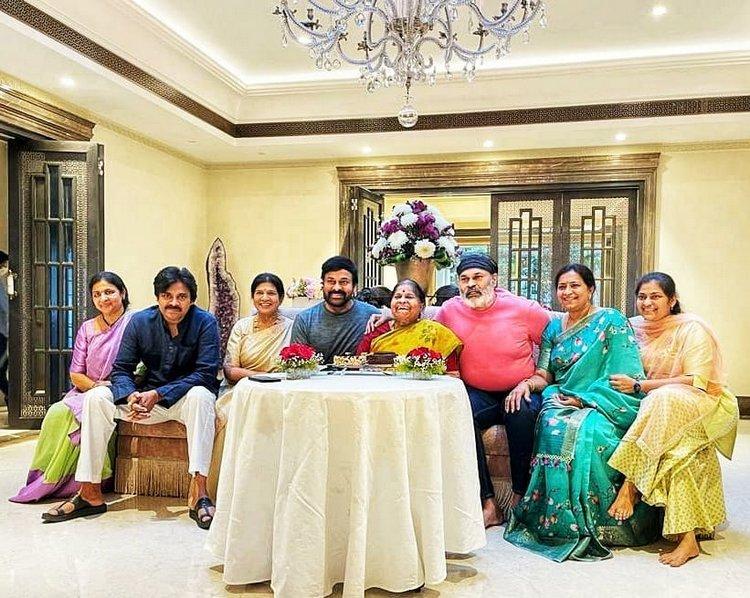 Mothers Day : మదర్స్తో సినీ సెలెబ్స్.. తల్లితో మెగా ఫ్యామిలీ Photo : Twitter