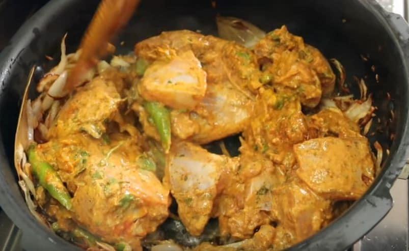ఉల్లి ఫ్రై అయ్యాక... చికెన్ వేసేయాలి. (image credit - youtube)