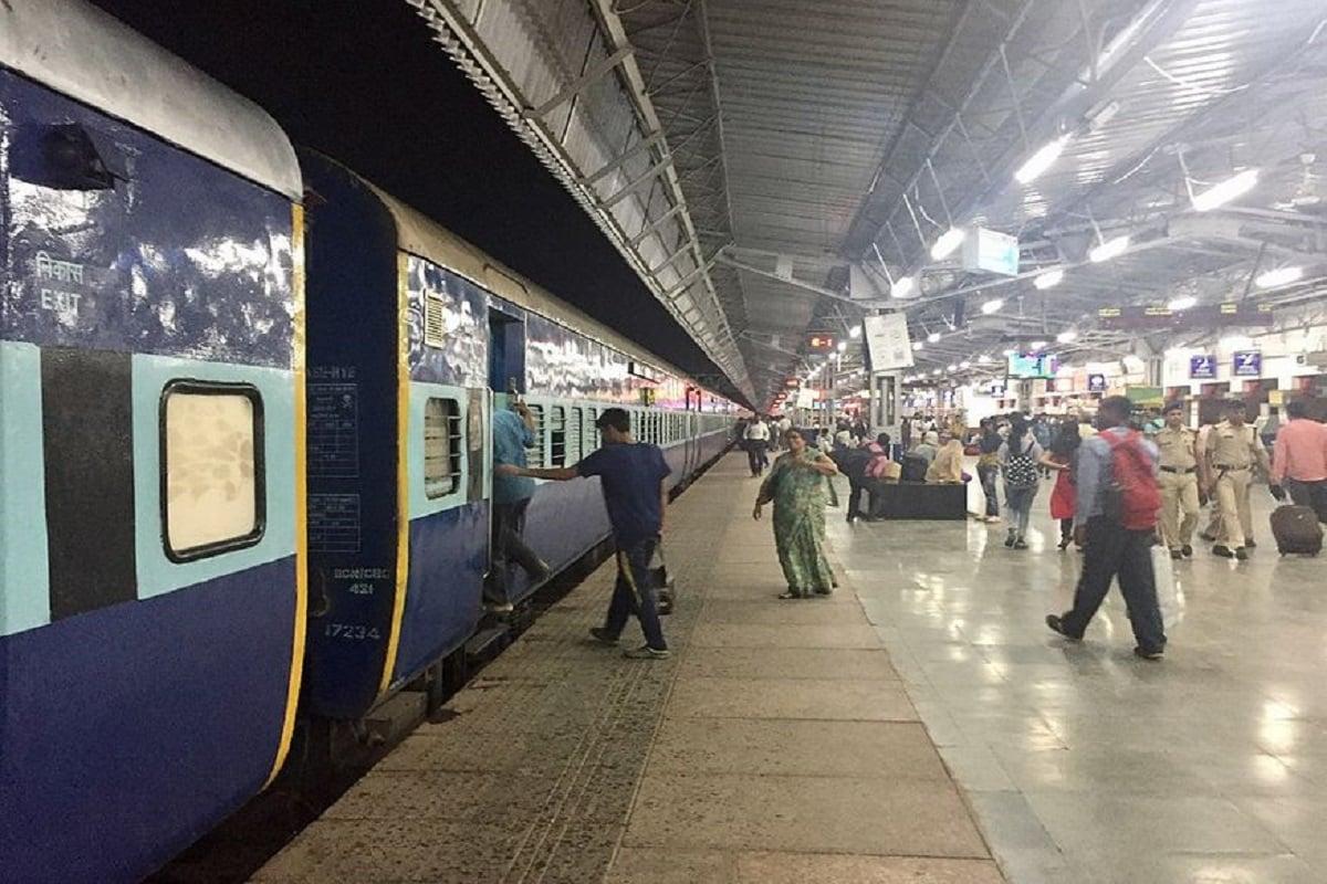 1. కరోనా వైరస్ మహమ్మారిని ఎదుర్కోవడానికి భారతీయ రైల్వేకు చెందిన వేర్వేరు రైల్వే జోన్లు వైద్య సిబ్బందిని నియమించుకుంటున్నాయి. అందులో భాగంగా సదరన్ రైల్వే జాబ్ నోటిఫికేషన్ విడుదల చేసింది. (ప్రతీకాత్మక చిత్రం)