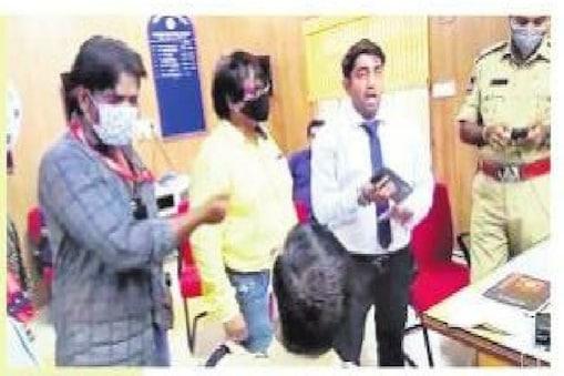 HYDERABAD : ఈటల రాజేందర్నే బర్తరఫ్ చేయించిన వాళ్లం అంటూ.. ప్రభుత్వ ఆసుపత్రిలో హల్చల్ చేసిన  అధికారుల గ్యాంగ్