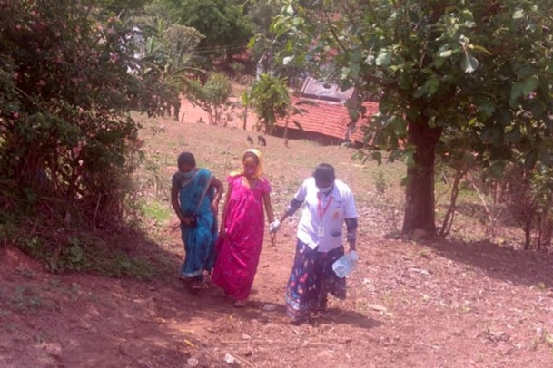 Andhra Pradesh: అమానుషం నిండు గర్భిణిని నడిపించిన గ్రామస్తులు.. అంబులెన్స్ లోనే ప్రసవం