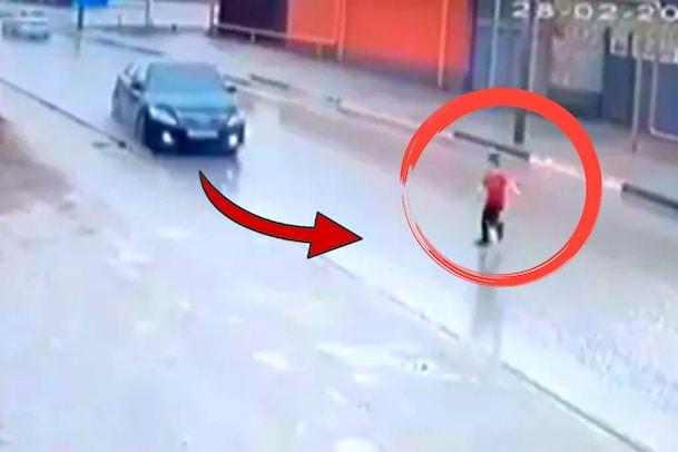Video: రోడ్డు దాటుతున్న చిన్నారి.. సరిగ్గా అప్పుడే వేగంగా వచ్చిన కారు... ఆ తర్వాత