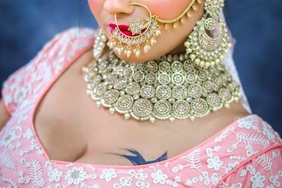 Gold: కొద్దిగా తగ్గిన బంగారం, స్థిరంగా వెండి ధరలు.. నేటి రేట్లు ఇవీ